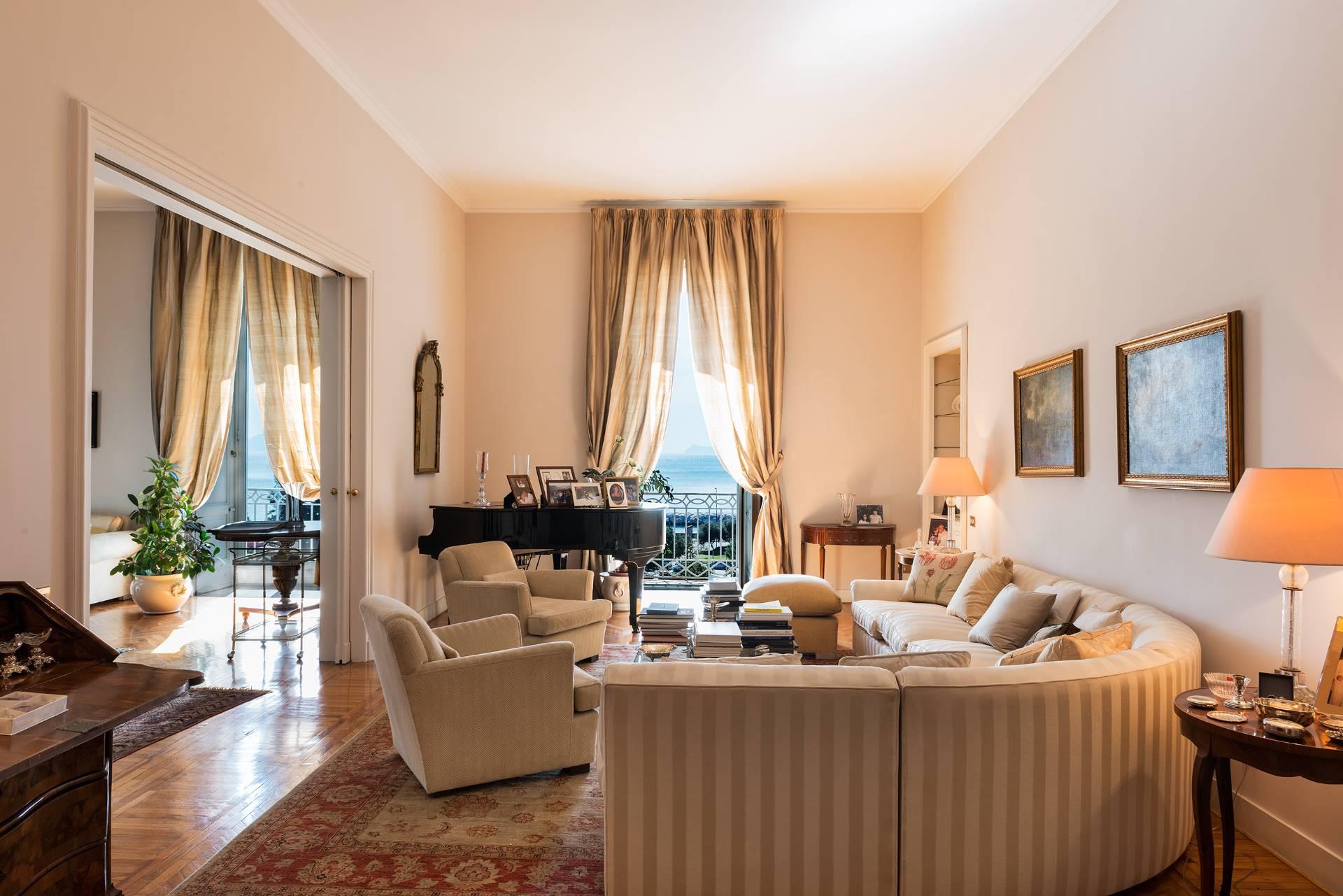 Appartamento in Vendita a Napoli: 5 locali, 350 mq - Foto 1