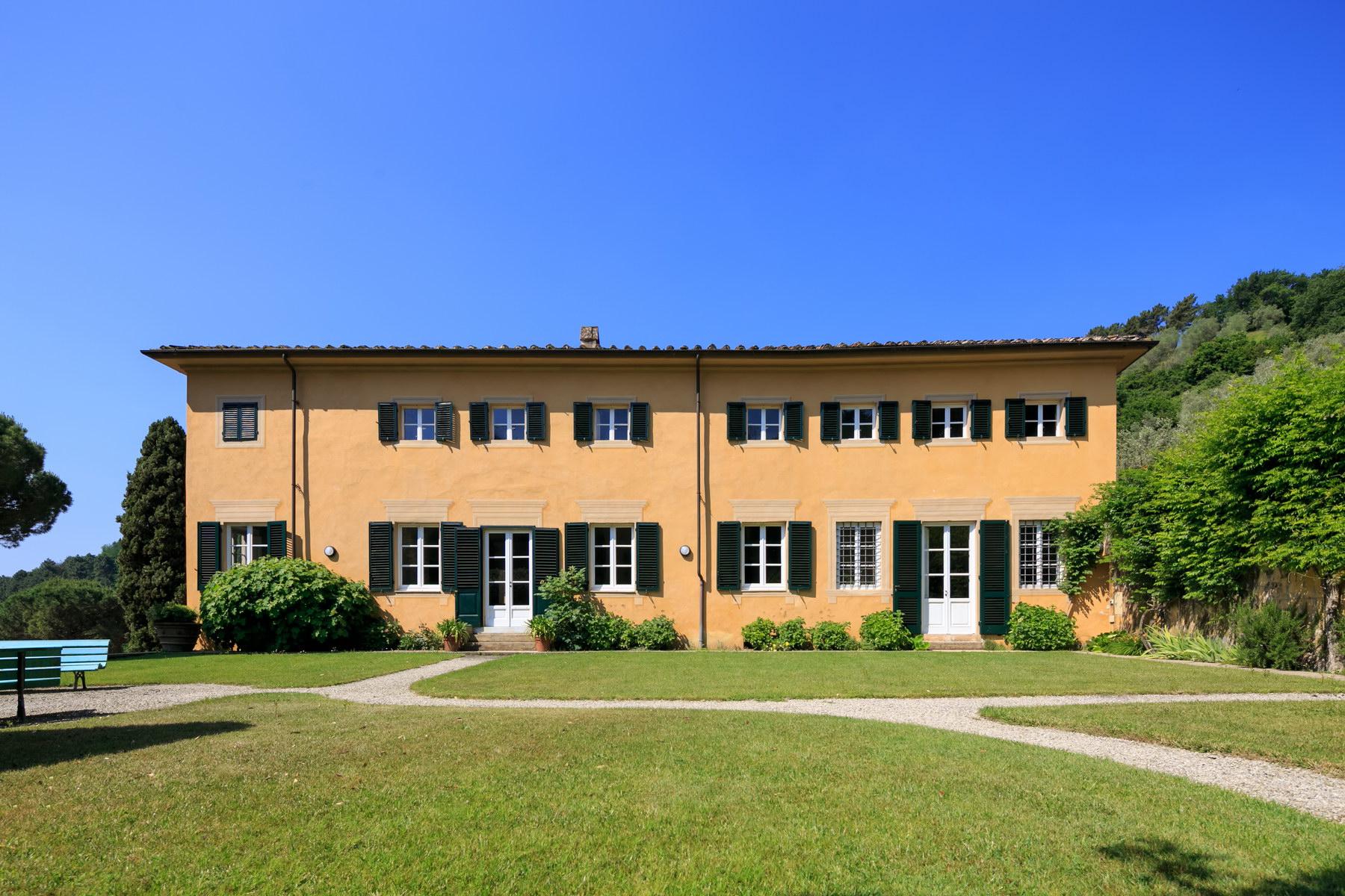 Villa in Vendita a Lucca: 5 locali, 1500 mq