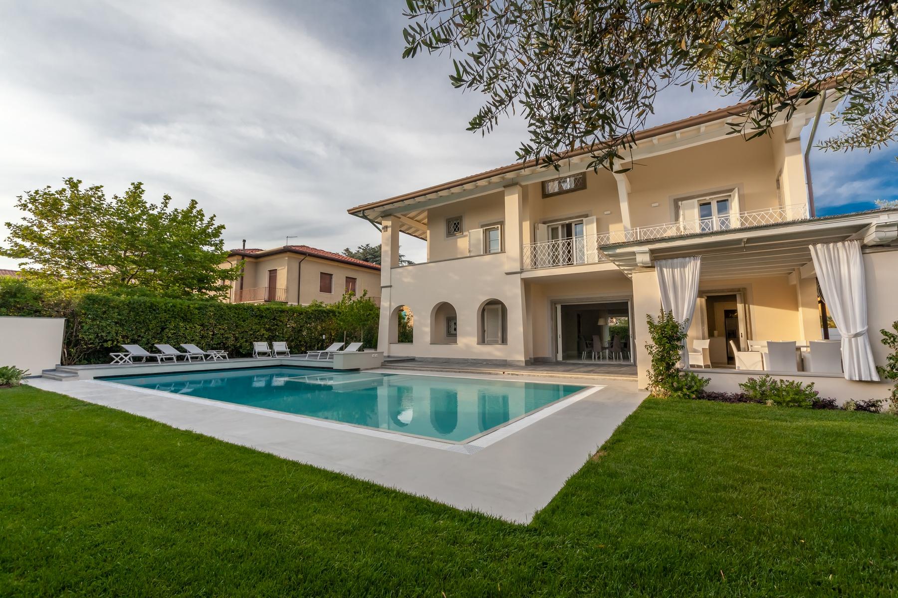 Villa in Vendita a Forte Dei Marmi Centro: 5 locali, 400 mq