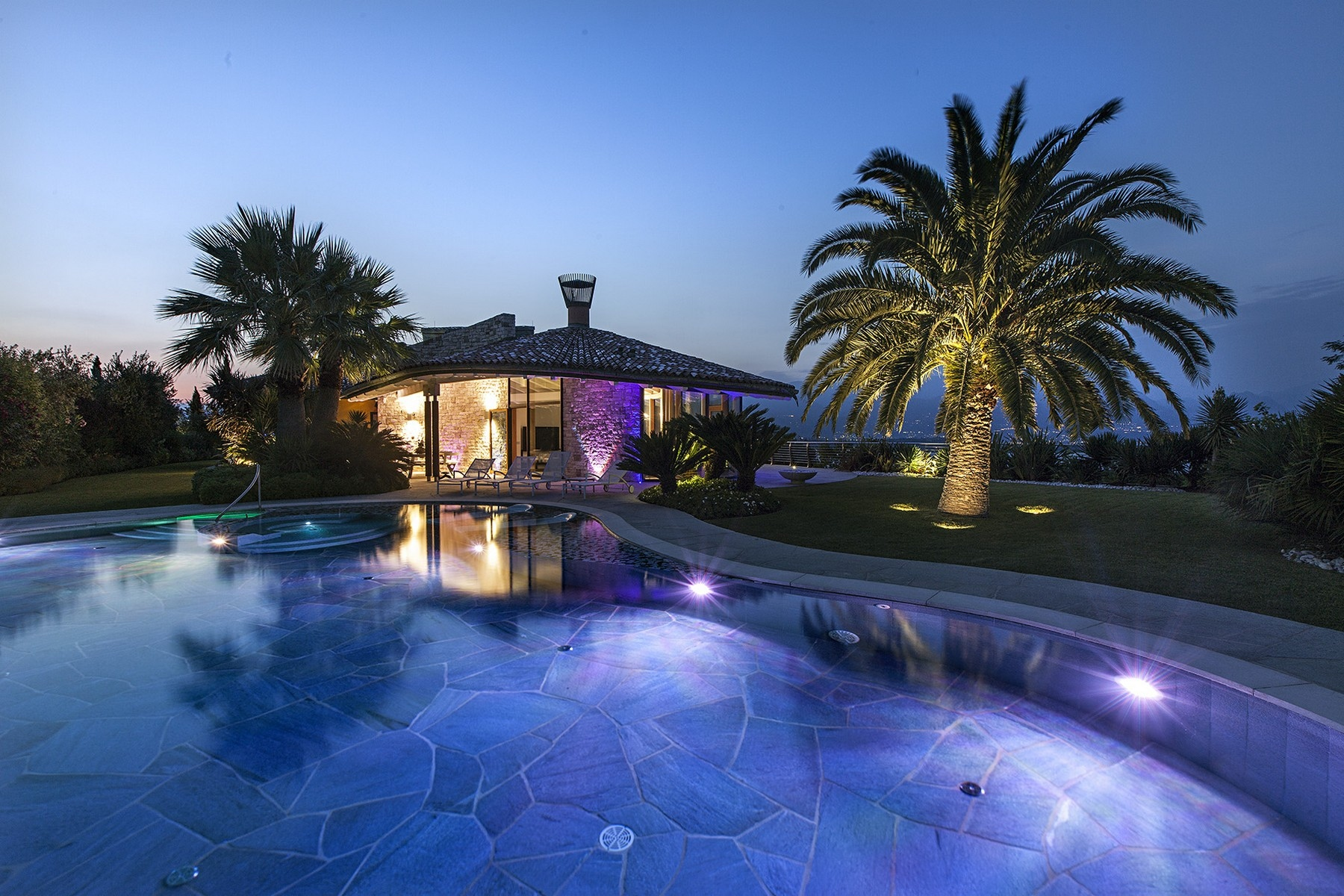 Villa in Vendita a Manerba Del Garda via orlando