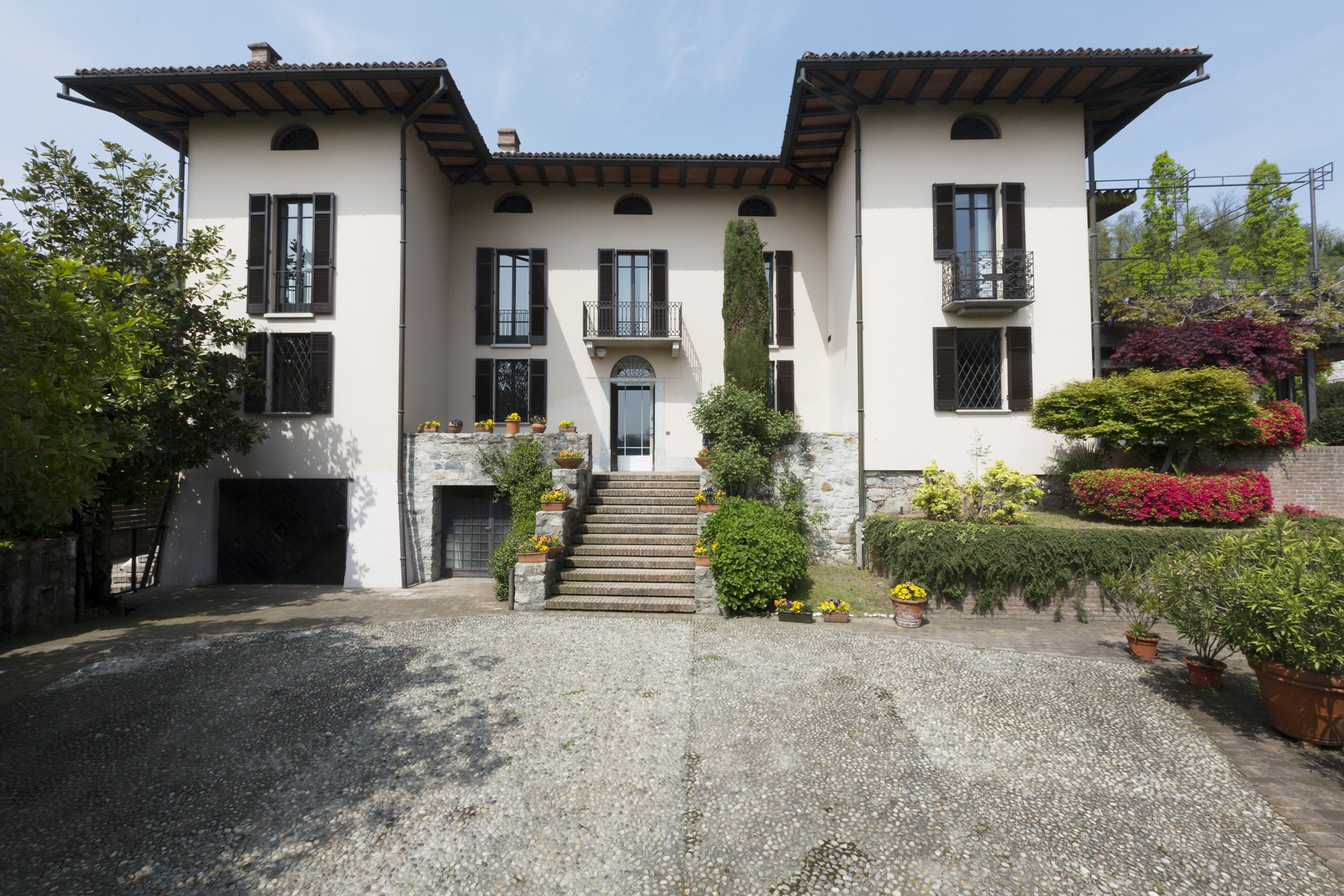Villa in Vendita a Arona: 5 locali, 857 mq