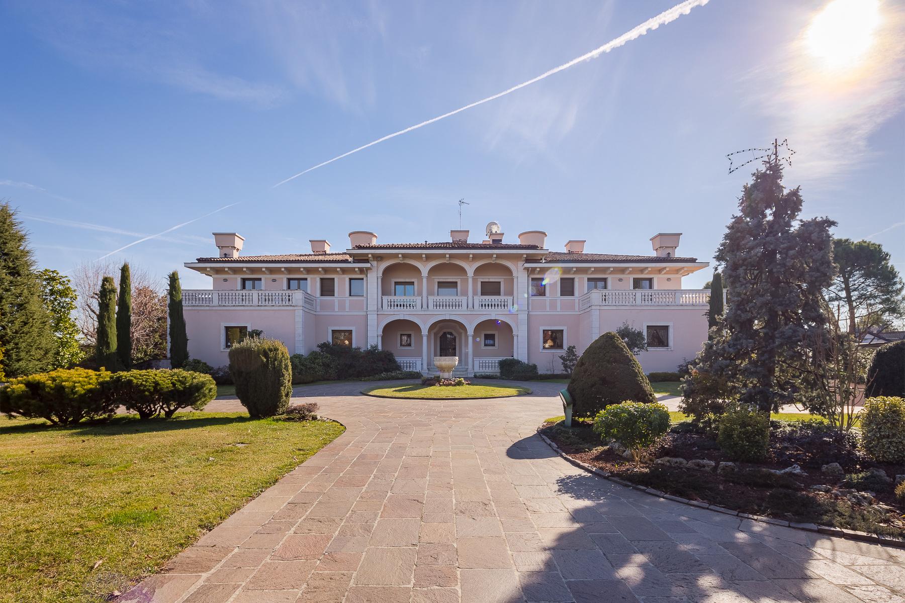 Villa in Vendita a Dalmine: 5 locali, 1600 mq