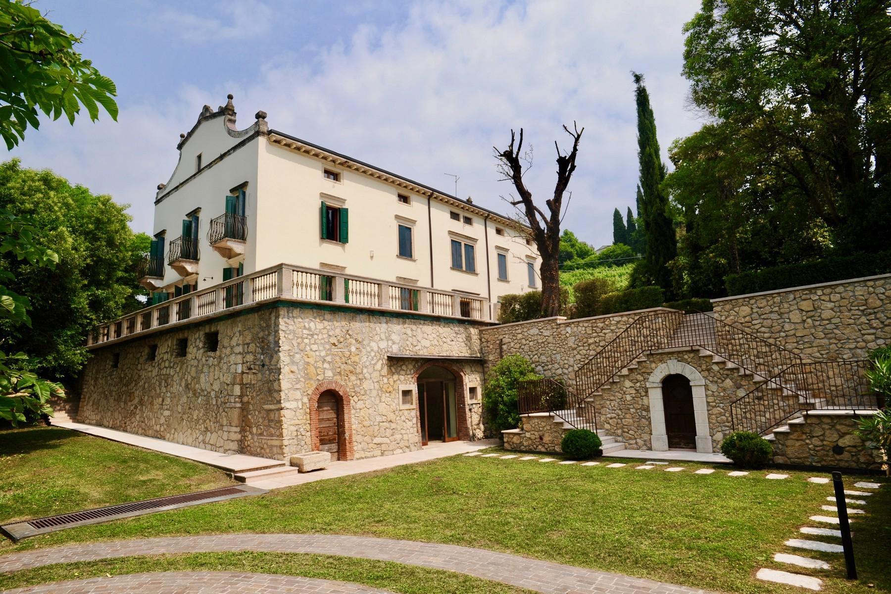 Villa in Vendita a Verona: 5 locali, 890 mq