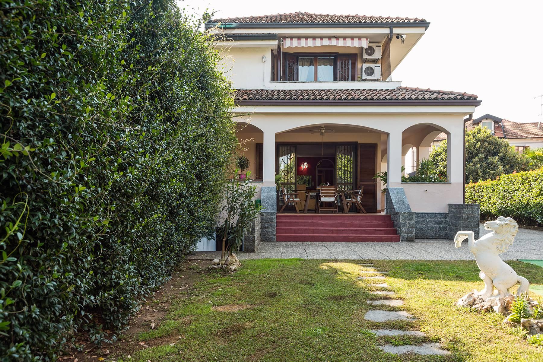 Villa in Vendita a Arona: 5 locali, 246 mq