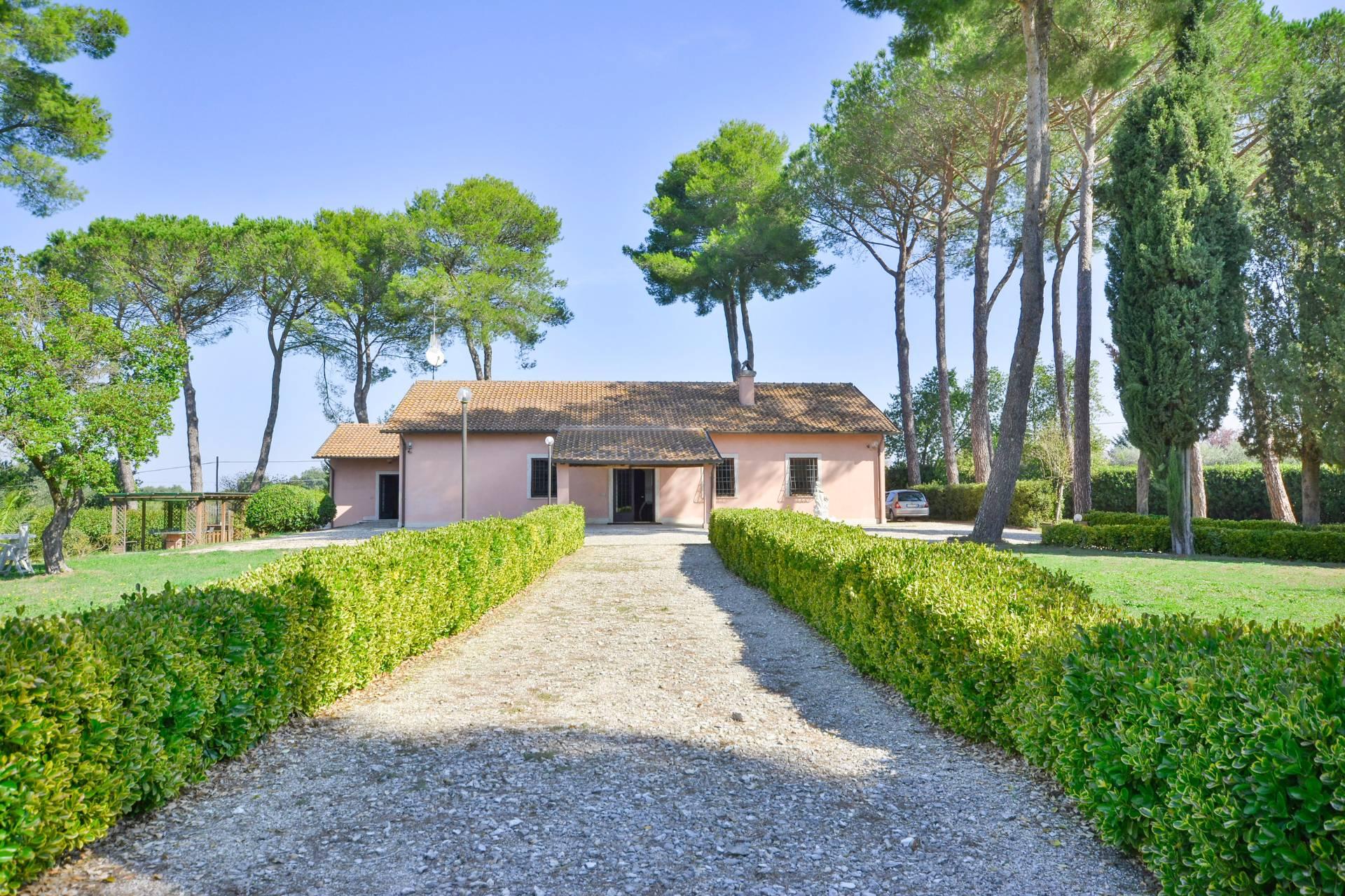 Villa in vendita a Mazzano Romano, 9 locali, prezzo € 450.000   CambioCasa.it
