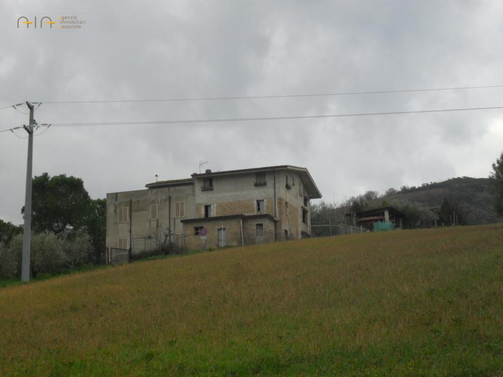 Rustico / Casale in vendita a Controguerra, 6 locali, zona Località: Collinare, prezzo € 75.000   CambioCasa.it
