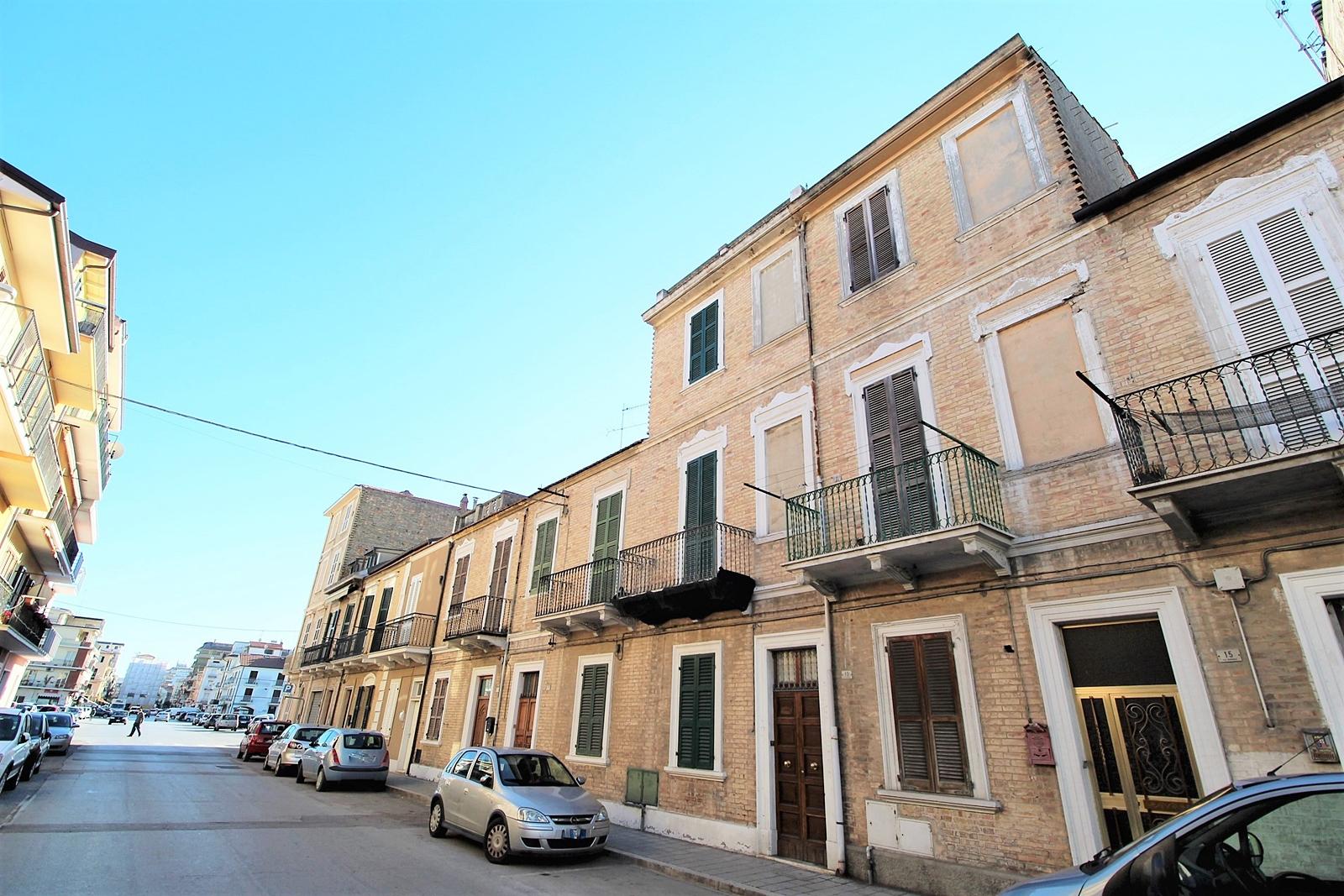 Appartamento in vendita a San Benedetto del Tronto, 6 locali, zona Località: Centralissima, prezzo € 120.000 | PortaleAgenzieImmobiliari.it