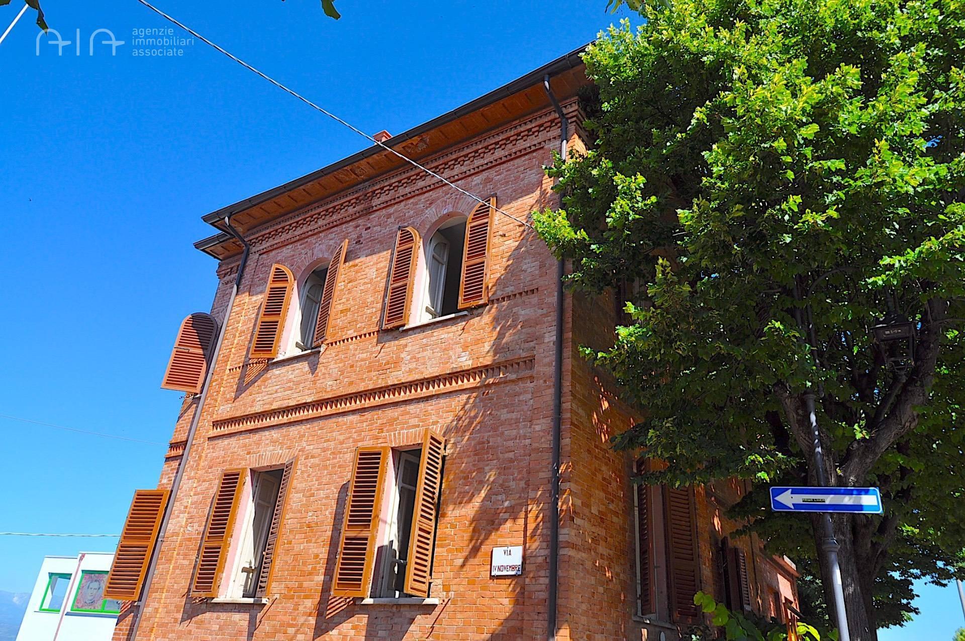 Soluzione Indipendente in vendita a Ancarano, 16 locali, zona Località: Centrale/CentroStorico, prezzo € 200.000 | CambioCasa.it
