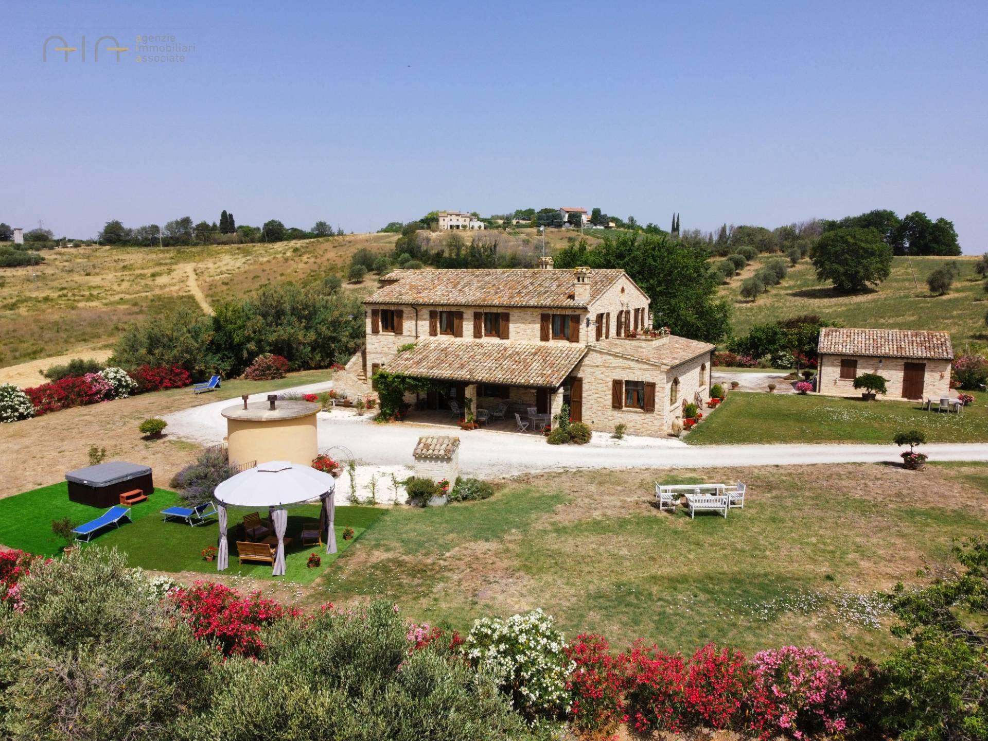 Rustico / Casale in vendita a Potenza Picena, 10 locali, prezzo € 790.000   CambioCasa.it