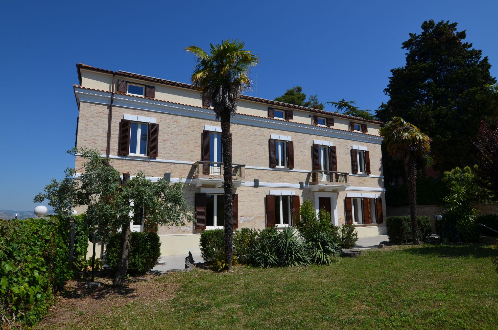 Villa in vendita a Ancarano, 9 locali, zona Località: Centrale/CentroStorico, prezzo € 599.000 | CambioCasa.it