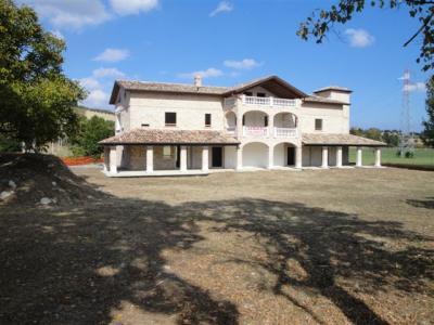Casale Colonico in Vendita a Folignano