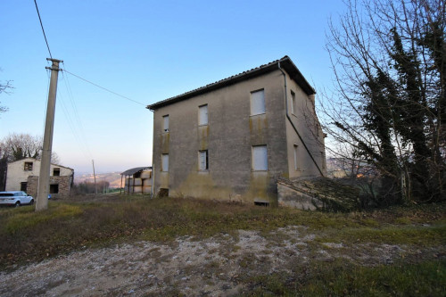 farmhouse to restore to Buy in Servigliano