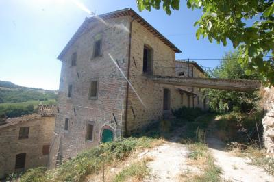 farmhouse to restore to Buy in Montefortino