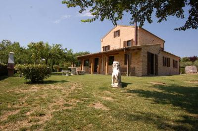 farmhouse to Buy in Loro Piceno