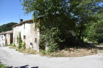 farmhouse to restore to Buy in Comunanza