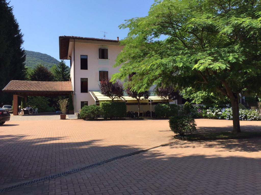 Albergo in vendita a Cunardo, 9999 locali, Trattative riservate | CambioCasa.it
