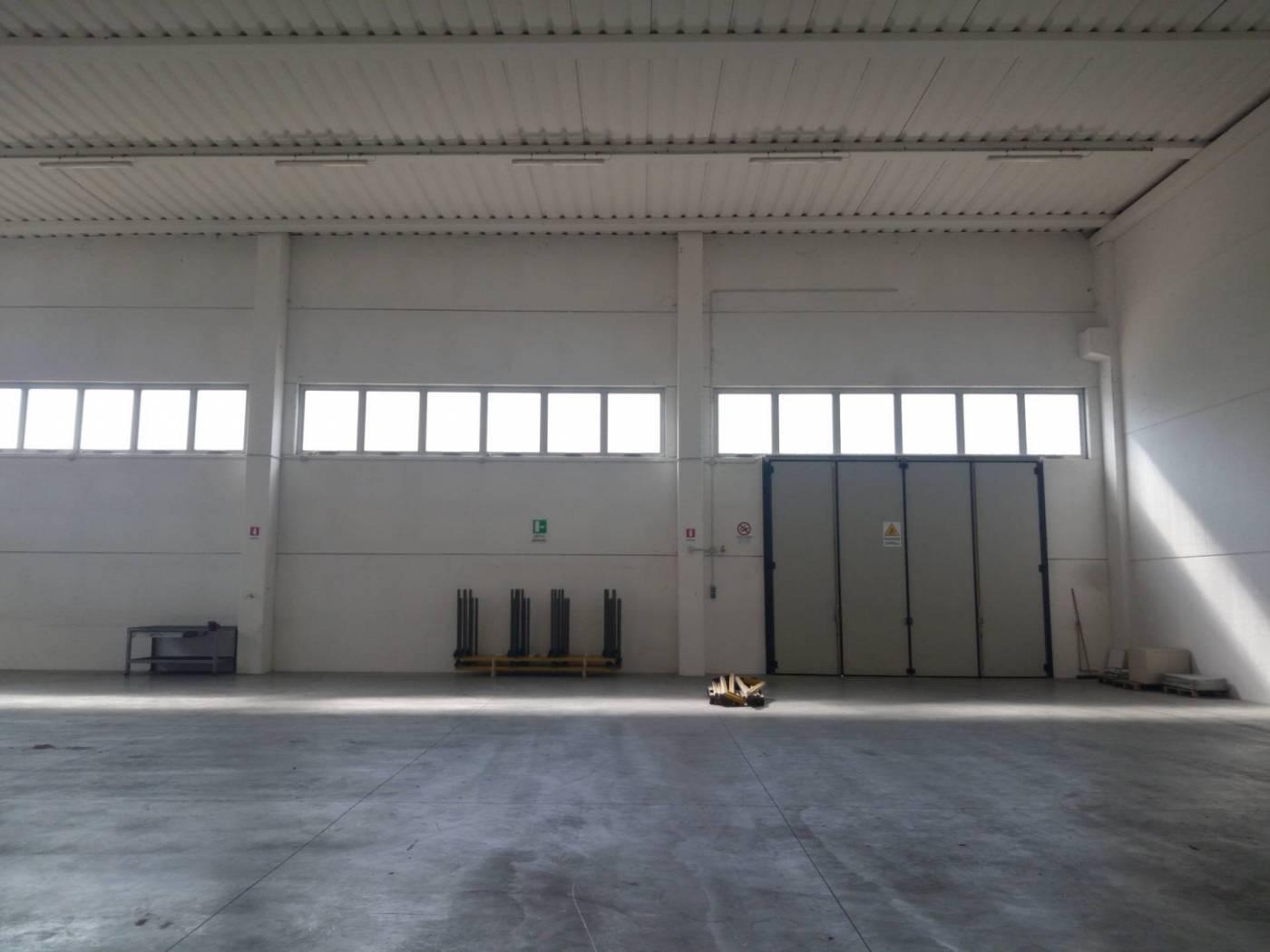 Capannone in vendita a Paese, 9999 locali, zona Zona: Padernello, prezzo € 230.000 | CambioCasa.it